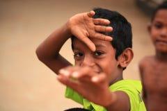 Junger Sri Lankan Junge, der für die Kamera spielt Stockfoto