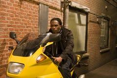 Junger städtischer Afroamerikaner-Mann auf Motorrad Lizenzfreie Stockfotos
