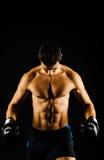 Junger starker Boxer mit schwarzen Handschuhen Stockfoto