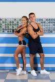 Junger starker Trainer und schöner sportlicher blonder Trainer Lizenzfreies Stockfoto