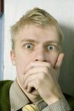 Junger stattlicher blonder Mann in der grünen Strickjacke Lizenzfreies Stockbild