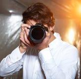 Junger stattlicher Fotograf Stockbild
