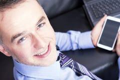 Junger stattlicher Geschäftsmann, der vom Büro arbeitet. Lizenzfreies Stockfoto