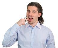 Junger stattlicher Kerl zeigt, dass er essen möchte Stockbilder