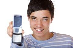 Junger stattlicher männlicher Jugendlicher zeigt Handy Lizenzfreies Stockfoto