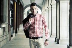 Junger stattlicher Mann, Baumuster von Art und Weise in der Straße Lizenzfreie Stockbilder