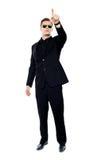 Junger stattlicher Mann, der aufwärts zeigt Lizenzfreie Stockfotos