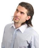Junger stattlicher Mann, der oben getrenntes Weiß schaut Stockfoto