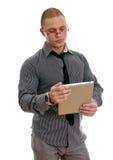 Junger stattlicher Mann, der Tablette-PC verwendet. Lizenzfreie Stockfotos
