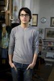 Junger stattlicher Mann des Portraits in den Gläsern Stockfotos
