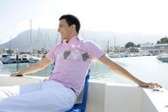 Junger stattlicher Mann entspannt auf seinem Boot Lizenzfreies Stockbild