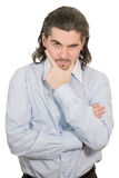 Junger stattlicher unglücklicher Mann hält seine Hand am Kinn an Stockfoto