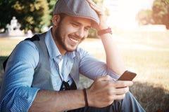 Junger städtischer Geschäftsmannfachmann auf Smartphone Stockfotos