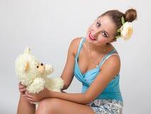 Junger Stift herauf Frau mit Teddybären lizenzfreie stockfotografie