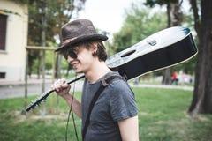 Junger stilvoller blonder Hippie-Mann Lizenzfreie Stockfotografie