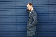 Junger stilvoller gutaussehender Mann im Mantel stockfoto