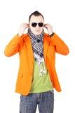 Junger stilvoller Kerl mit Kopfhörern Lizenzfreie Stockfotos
