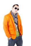 Junger stilvoller Kerl mit Kopfhörern und Sonnenbrillen Stockbild