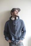 Junger stilvoller Mann, der Musik hört Stockbilder
