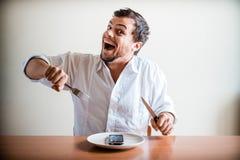 Junger stilvoller Mann mit weißem Hemd und Telefon auf dem Teller Stockfoto