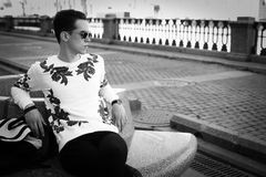 Junger stilvoller Mann outdoor stockfotos