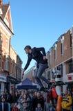 Junger Straßenentertainer die, Mengen in Cambridge, England zu unterhalten gesehen stockbild