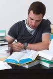 Junger Student überwältigt mit dem Studieren Stockfotos