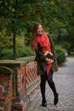Junger Student, der auf der Brücke im Park steht Stockfotos