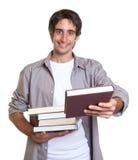 Junger Student, der ein Buch empfiehlt Lizenzfreies Stockbild