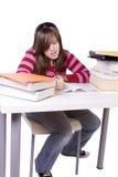 Junger Student, der für Prüfungen studiert lizenzfreie stockfotografie
