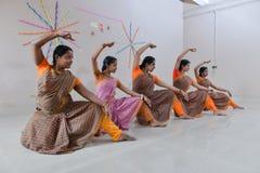 Junger Student, der klassischen Tanz Mohiniyattam von Indien durchführt Stockfoto