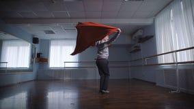 Junger Student der Tanzschule kleidete im grauen Pullover an, der eine Prüfung besteht, die auffallenden modernen Tanz mit rotem  stock video footage
