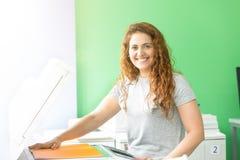 Junger Student in einer Kopienmitte lizenzfreie stockbilder