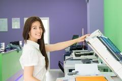 Junger Student in einer Kopienmitte lizenzfreie stockfotografie