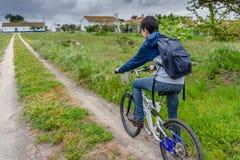 Junger Student mit Rucksack und Fahrrad Gehen Sie zur Schule Kopieren Sie Spac stockfotografie