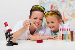 Junger Student und Lehrer in der Wissenschaftsklasse Lizenzfreie Stockfotos