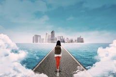 Junger Student, welche einer Großstadt sich nähert Lizenzfreie Stockfotografie