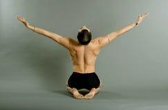Junger Tänzer über grauem Hintergrund Lizenzfreies Stockfoto