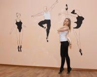 Junger Tänzer, der auf ihren Zehen in einer Ballettposition mit Pointe steht stockbild