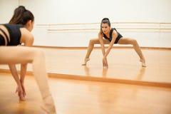Junger Tänzer, der eine Beinspalte tut stockbild