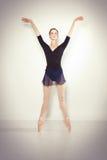 Junger Tänzer, der in einem Studio aufwirft stockfotos