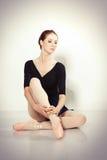 Junger Tänzer, der in einem Studio aufwirft lizenzfreie stockbilder