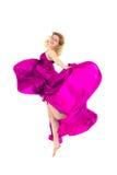 Junger Tänzer im rosafarbenem Kleidspringen stockbild