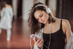 Junger Tänzer mit Kopfhörern auf Training im Studio lizenzfreies stockbild