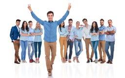 Junger Teamleiter, der Erfolg Gruppe whil gehenden forw feiert Lizenzfreie Stockfotos