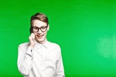 Junger telefonisch sprechender und smiliing Mann Lizenzfreies Stockbild