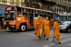Junger thailändischer buddhistischer Mönch lizenzfreie stockbilder