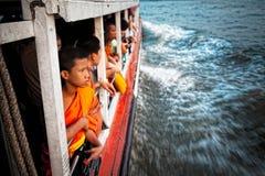 Junger thailändischer Mönch nimmt ein Taxiboot Lizenzfreie Stockfotos