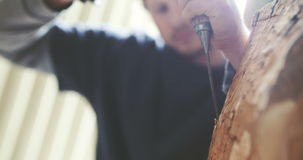 Junger Tischler-Shaping Wood With-Meißel stock footage