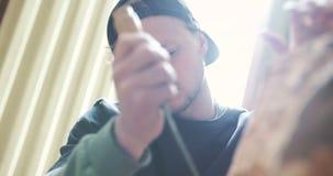 Junger Tischler-Shaping Wood With-Meißel stock video